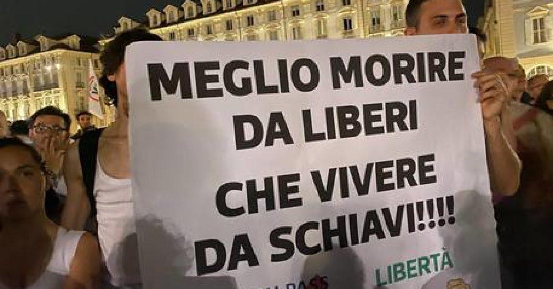 Protesta a Torino contro il green pass, migliaia in piazza Castello